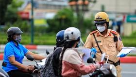 Lực lượng CSGT TPHCM kiểm tra người lưu thông trên đường. Ảnh: CHÍ THẠCH