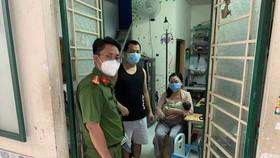 Đại uý Thắng đến thăm hỏi, tặng quà gia đình chị Nhung