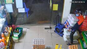 Hình ảnh cắt từ camera an ninh ghi nhận vụ việc