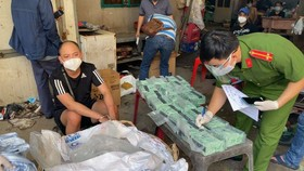 """Đối tượng L.T.H. cầm đầu đường dây ma tuý từ từ Campuchia về TPHCM bằng xe """"luồng xanh"""" lúc bị bắt. Ảnh: CA"""
