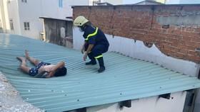 Cứu thanh niên dương tính ma tuý nhảy từ tầng 4 mắc kẹt trên mái tôn