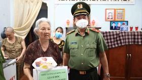 Thiếu tướng Lê Hồng Nam đã ân cần hỏi thăm tình hình sức khoẻ, cuộc sống, chia sẽ những khó khăn của cụ Cảng và chúc cụ sống khoẻ, trường thọ. Ảnh: DŨNG PHƯƠNG