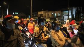 Hàng ngàn người dân miền Tây đi xe máy từ tỉnh Bình Dương về TPHCM để về quê. Ảnh: CHÍ THẠCH