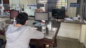 Người dân tới làm thủ tục đăng ký xe ở quận Bình Thạnh. Ảnh: C.T