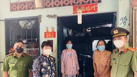 Thượng tá Nguyễn Hải Phước cùng lãnh đạo UBND quận 5 trao tận tay bà con người Hoa có hoàn cảnh khó khăn trên địa bàn quận 5. Ảnh: CHÍ THẠCH