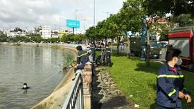 Lực lượng chức năng tìm kiếm thi thể nạn nhân