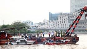 Lực lượng chức năng trục vớt sà lan chìm trước đó