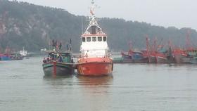 Đưa tàu cá NA 90112 TS gặp nạn về bến an toàn