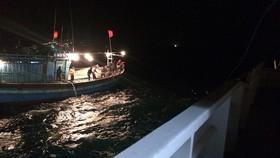 Lực lượng cứu nạn hàng hải tiếp cận tàu cá NA 90123 Ts