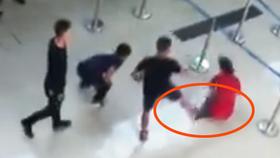 Nhân viên hãng Vietjet bị hành hung tại khu vực check-in (ảnh cắt từ clip)