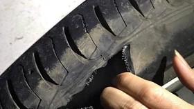 Nghi vấn lốp xe bị vỡ sau khi va phải đá hộc trên cao tốc Cầu Giẽ - Ninh Bình