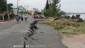 Các vết nứt trên mặt đường Quốc lộ 91 đoạn qua xã Bình Mỹ, huyện Châu Phú tiếp tục phát triển rộng, có khả năng sạt lở bất cứ lúc nào. Ảnh: TTXVN