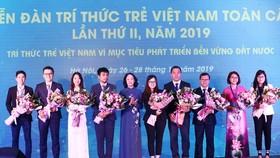 Đồng chí Trương Thị Mai tặng hoa cho các đại biểu