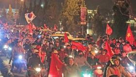 Đông đảo người hâm mộ trên cả nước xuống đường mừng chiến thắng của đội U22 Việt Nam