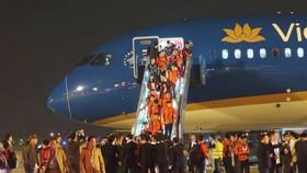 Các cầu thủ U22 và đội tuyển nữ Việt Nam rời sân bay Nội Bài đến diện kiến Thủ tướng
