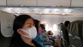 Hành khách đeo khẩu trang trên máy bay