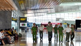Lực lượng chức năng làm việc tại sân bay Vân Đồn