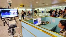 Hành khách khi đến sân bay Tân Sơn Nhất - TPHCM đều được kiểm tra thân nhiệt để phòng chống bệnh Covid-19. Ảnh: HOÀNG HÙNG