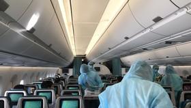 Tiếp viên trong trang phục bảo hộ chống Covid-19 phục vụ trên các chuyến bay đặc biệt