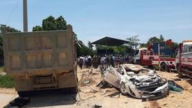 Hiện trường vụ tai nạn xe tải lật đè nát xe con tại Thanh Hóa