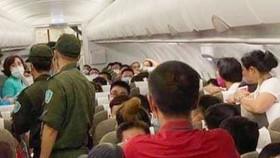 Lực lượng an ninh sân bay đưa hành khách gây rối rời khỏi máy bay