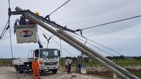 Cột điện gãy đổ trong bão số 5 tại Thừa Thiên- Huế