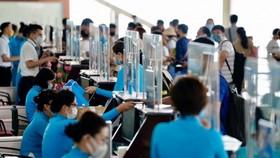 Lắp thêm màng chắn giọt bắn tại quầy làm thủ tục sân bay Nội Bài