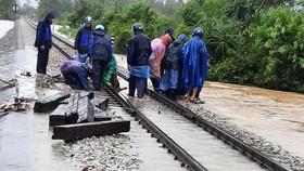 Khắc phục hư hỏng trên tuyến đường sắt qua khu vực miền Trung. Ảnh ĐSVN cung cấp