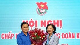 Đồng chí Trương Thị Mai, Ủy viên Bộ Chính trị, Trưởng ban Dân vận Trung ương chúc mừng anh Nguyễn Anh Tuấn được bầu làm Bí thư thứ nhất Trung ương Đoàn