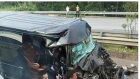 Chiếc xe Limousine bị nát đầu sau khi đâm vào đuôi xe đầu kéo
