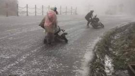 Nhiều tuyến đường khu vực miền núi phía Bắc bị băng tuyết phủ kín gây khó khăn cho phương tiện