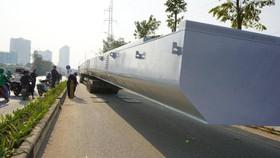 """Xe chở dầm thép """"khủng"""" bị bắt giữ tại đường Nguyễn Xiển (Hà Nội)"""
