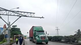 Cân tải trọng ngăn xe quá tải phá nát Quốc lộ 5
