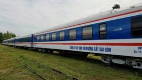 Hành khách mua vé tàu tại ga