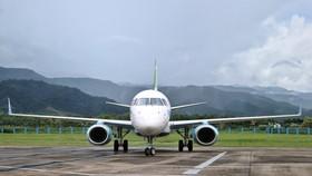 Chiếc máy bay phản lực Embraer vừa hạ cánh tại sân bay Điện Biên