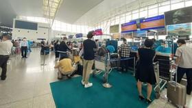 Hành khách làm thủ tục lên máy bay đi London (Anh) sáng 2-9