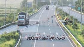 Xe phân luồng ra nút giao IC3 trên cao tốc Nội Bài - Lào Cai để thu phí. Ảnh minh họa