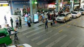 Hành khách đón xe tại cửa ra sân bay Tân Sơn Nhất