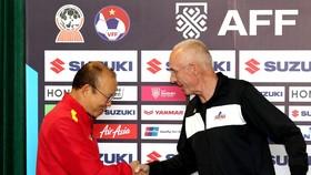 2 HLV Việt Nam và Philippines bắt tay trong buổi họp báo