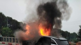 Va chạm với xe máy, xe ô tô bốc cháy dữ dội
