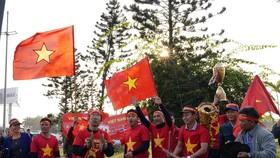 Người hâm mộ có mặt rất sớm đón các cầu thủ U22 và đội tuyển nữ Việt Nam