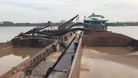 Bắt giữ 8 phương tiện khai thác cát trái phép trên sông Hồng