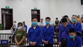 Lê Văn Quang (hàng trên cùng) cùng các đồng phạm nghe tuyên án. Ảnh: GIA KHÁNH