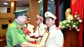 Bộ trưởng Bộ Công an Tô Lâm trao quyết định cho Thứ trưởng Trần Quốc Tỏ