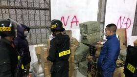 Lực lượng chức năng thu giữ hàng buôn lậu