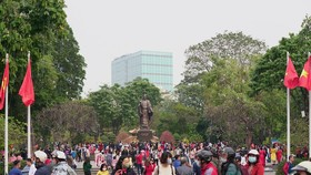 Hàng nghìn người du xuân ở hồ Hoàn Kiếm
