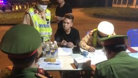 Đội tuần tra kiểm soát giao thông lập biên bản vi phạm