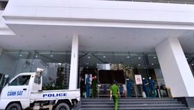 Lực lượng chức năng phong tỏa tòa nhà Center Poit ở phố Lê Văn Lương là nơi ở của bệnh nhân
