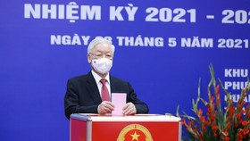 Cử tri Nguyễn Phú Trọng bỏ phiếu tại khu vực bầu cử số 4, phường Nguyễn Du, Hà Nội