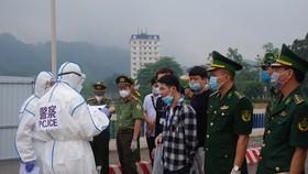 Trao trả 16 công dân Trung Quốc qua cửa khẩu Quốc tế Lào Cai
